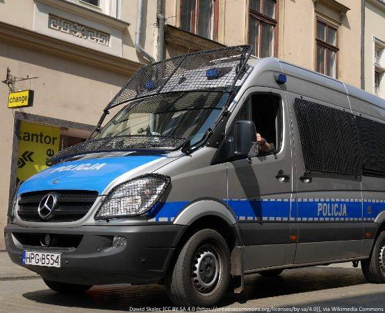Policja Legnica: Policyjny pościg za kierującym Citroenem. Zatrzymany kierowca miał zakaz, poruszał się samochodem z nieprawidłowym stanem technicznym oraz założonymi tablicami z innego pojazdu.