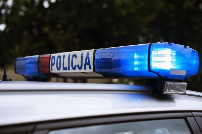 Policja Legnica: Policjanci zabezpieczają ruch pielgrzymów w mieście. Przypominamy jak prawidłowo odczytać sygnały podawane przez policjantów